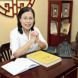 Tiến sĩ - Bác sĩ CKII Nguyễn Thị Vân Anh nghiên cứu tư liệu trong cuốn Châu Bản triều Nguyễn