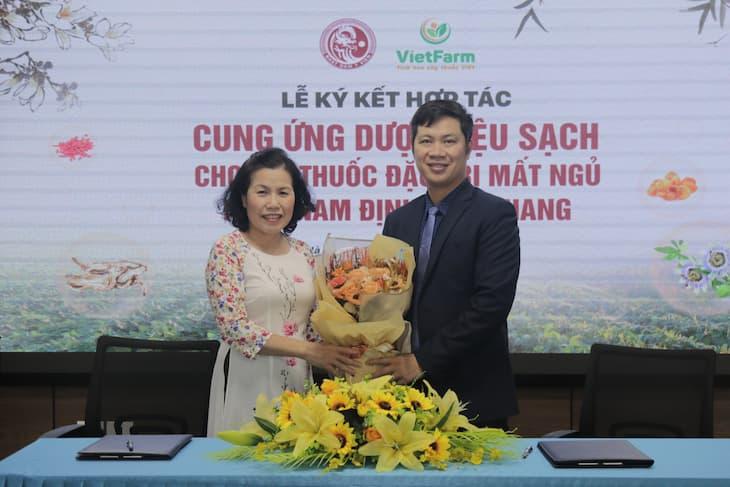 Đại diện hai đơn vị tặng hoa chúc mừng sự hợp tác
