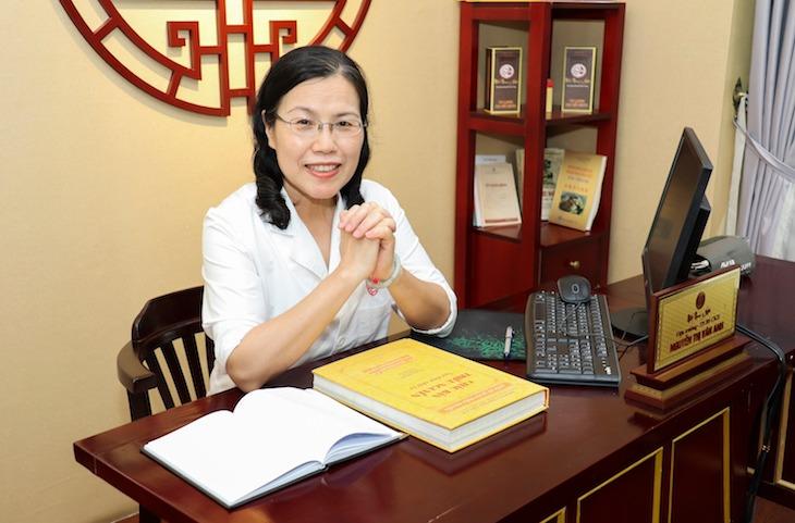 Bác sĩ Vân Anh nghiên cứu các tài liệu quý giá trong Châu bản triều Nguyễn
